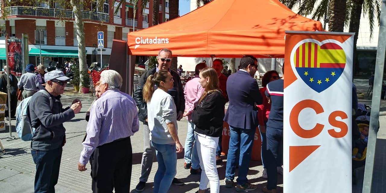 Éxito en nuestra carpa ciudadana Ciudadanos Esplugues de Llobregat Este sábado 23 de marzo hemos teñido de naranja la mañana en Esplugues. Ha sido todo un éxito, un día espléndido lleno de visitas de vecinos y simpatizantes. Muchas gracias a todos por acompañarnos en este día.
