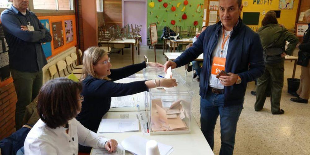 Julio Roldán concejal de Ciudadanos votando