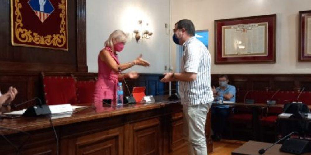 Ahmad-Ali Beizaee de Ciutadans recibe el Pin que le acredita como regidor de Esplugues